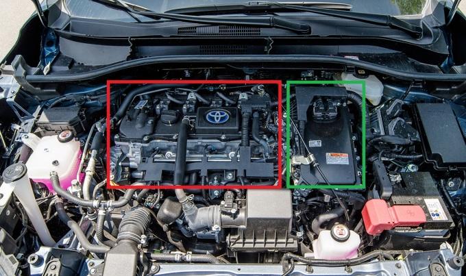 Môtơ điện và hộp số (khung xanh) bên cạnh động cơ xăng truyền thống (đỏ). Ảnh: Minh Quân