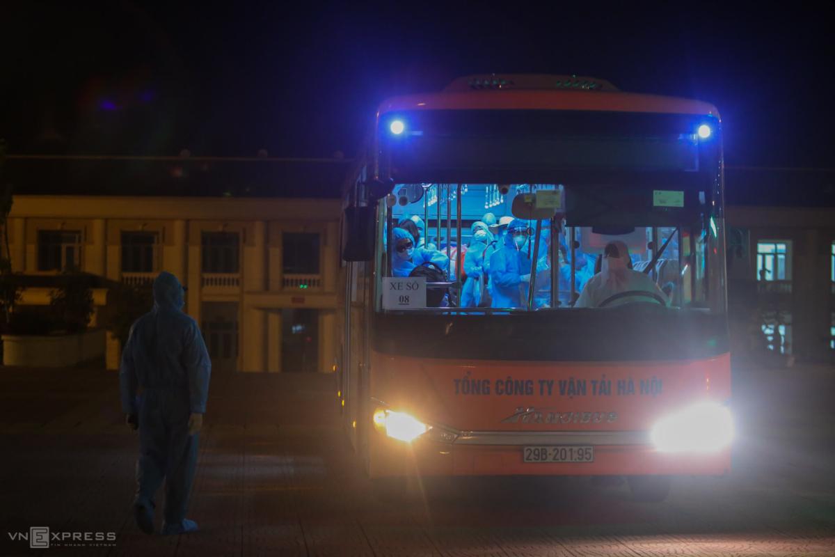 Bộ đội đón người vào khu cách ly trong đêm