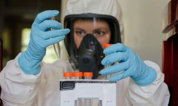 Một nhà khoa học làm việc trong phòng thí nghiệm vaccine Covid-19 ở Moskva, Nga, hôm 6/8. Ảnh: Reuters.