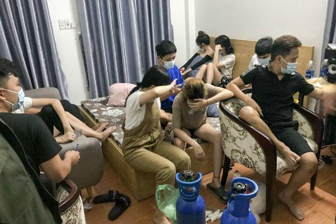 Một nhóm thanh niên ở Đà Nẵng tụ tập ăn chậu và sử dụng bóng cười, bị công an phát hiện ngày 11/8. Ảnh: Nam Hà.