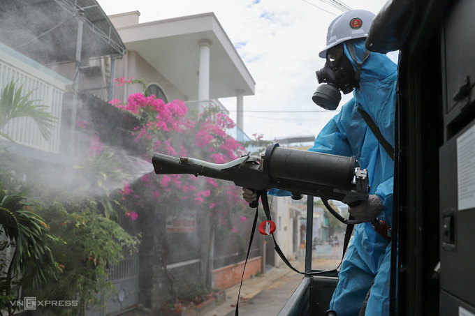 Quân đội hỗ trợ Đà Nẵng phun hoá chất khử khuẩn trên đường phố. Ảnh: Nguyễn Đông.
