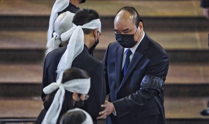Thủ tướng Nguyễn Xuân Phúc chia sẻ với gia quyến nguyên Tổng bí thư Lê Khả Phiêu. Ảnh: Giang Huy