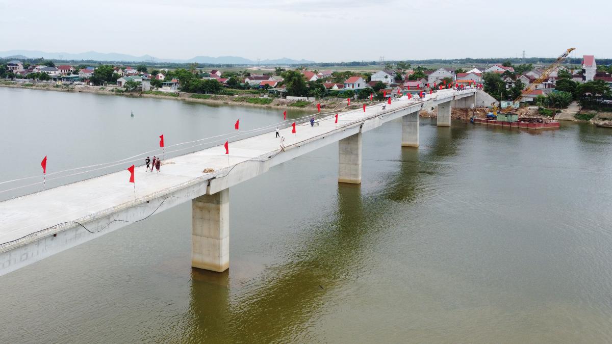 Cầu hơn 200 tỷ đồng bắc qua sông La