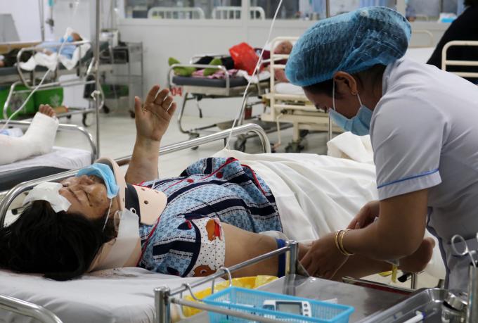 bà Nguyễn Thị Kim Chi, 45 tuổi, một trong năm nạn nhân trong vụ tai nạn được đưa vào Bệnh viện Nhân dân Gia Định, quận Bình Thạnh, tối 13/8. Ảnh: Gia Minh
