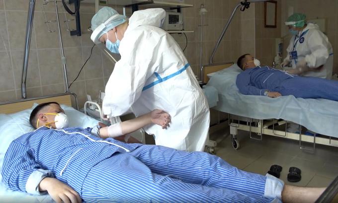 Nhân viên y tế chuẩn bị lấy máu của tình nguyện viên tham gia thử nghiệm vaccine Covid-19 tại Bệnh viện Quân đội Budenko, ngoại ô thủ đô Moskva, hồi giữa tháng 7. Ảnh: AP