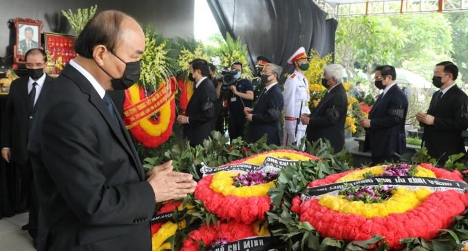 Lãnh đạo Đảng, Nhà nước thắp hương tại lễ an táng nguyên Tổng bí thư Lê Khả Phiêu. Ảnh: Võ Hải