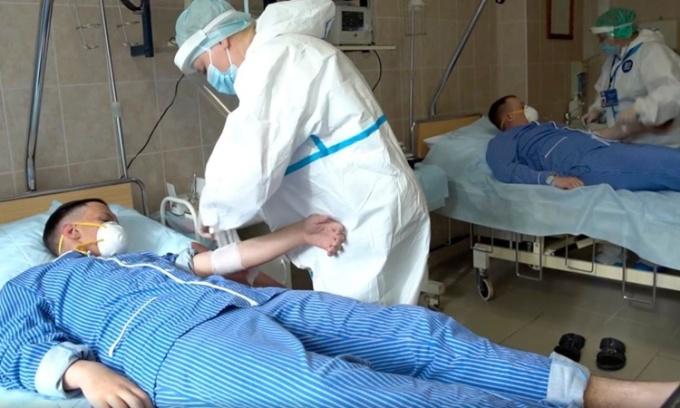 Nhân viên y tế chuẩn bị lấy máu từ người tình nguyện tham gia chương trình thử nghiệm vaccine của Nga hồi giữa tháng 7. Ảnh: Russian Defense Ministry.