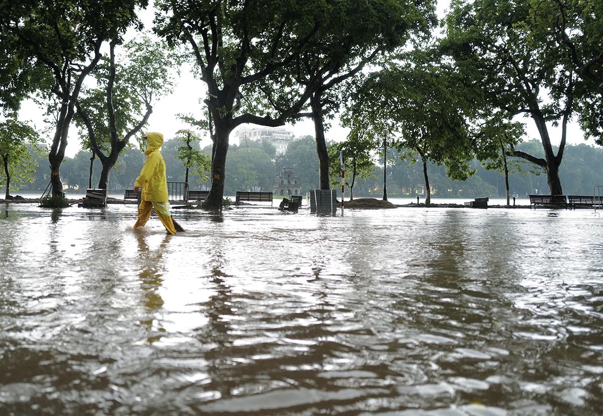 Phố quanh Hồ Gươm ngập sâu sau mưa lớn