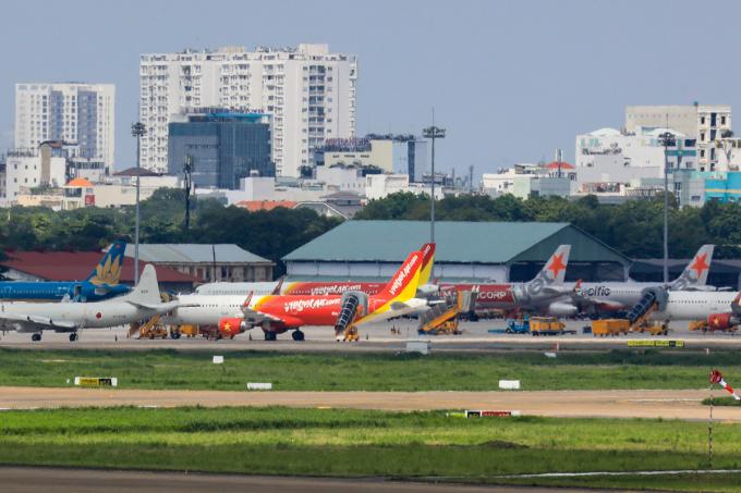 Máy bay đậu tại sân bay Tân Sơn Nhất khi nhiều đường bay dừng hoạt động vào tháng 4 do dịch Covid-19, Ảnh: Quỳnh Trần.