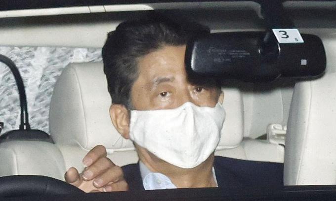 Thủ tướng Abe trở về dinh thự sau đợt kiểm tra sức khỏe ngày 17/8. Ảnh: Kyodo.