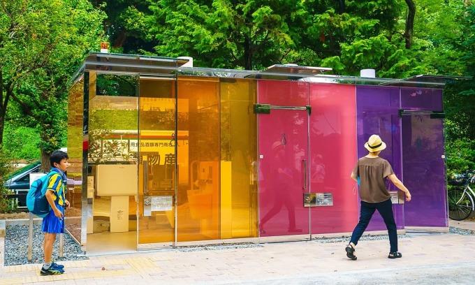Nhà vệ sinh được lắp đặt trong công viên ở Shibuya, Tokyo. Ảnh: Shutter Stock.