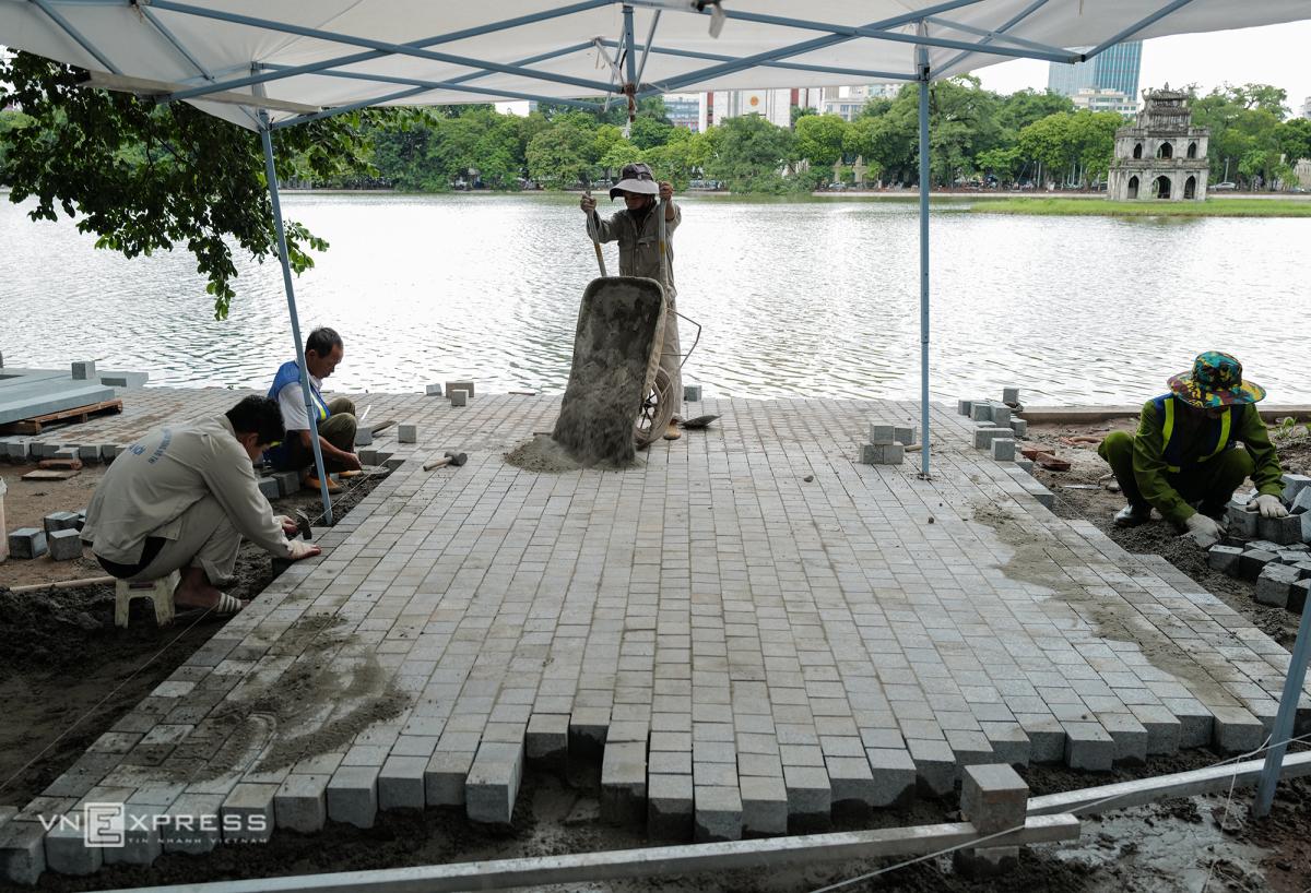 Công nhân gấp rút lát đá vỉa hè quanh Hồ Gươm