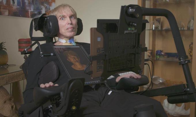 Tiến sĩ Scott-Morgan ngồi trong bộ khung xương do ông phát triển tại nhà riêng ở  phía nam hạt Devon, Anh. Ảnh: Sugar Films.