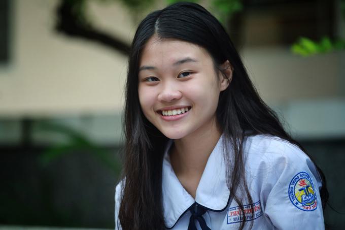 Nữ sinh dự thi tốt nghiệp THPT tại TP HCM ngày 10/8. Ảnh: Hữu Khoa.