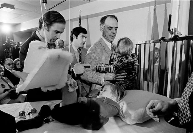 Biden (ngoài cùng bên trái) dỗ dành con trai, Beau, cậu bé bị thương sau vụ tai nạn cướp đi sinh mạng người vợ đầu của ông, Neilia, và con gái, ngày 5/1/1973. Ảnh: AP.