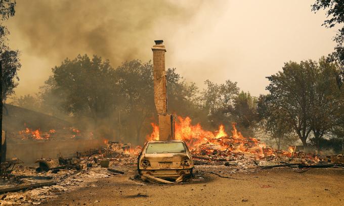 Cháy rừng thiêu rụi ô tô ở Vacaville, bang california hôm 19/8. Ảnh: NYTimes.