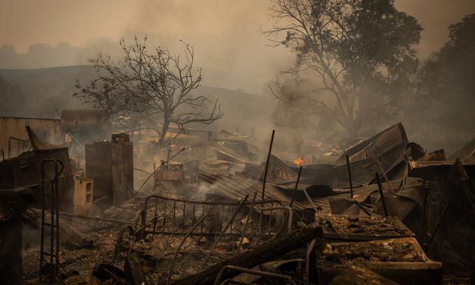 Ngôi nhà bị thiêu rụi sau cháy rừng ở Vacaville, bang california hôm 19/8. Ảnh: NYTimes.