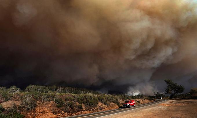 Khói cháy rừng bao trùm bầu trời ở hạt Santa Cruz, bang california hôm 19/8. Ảnh: AP.