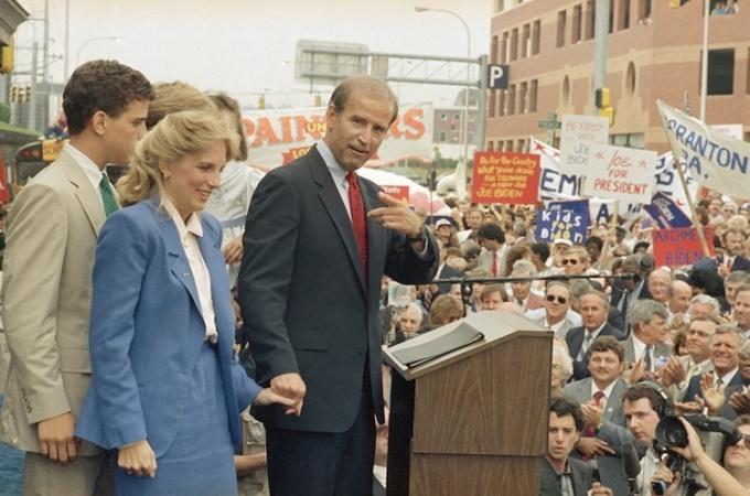 Biden bên cạnh người vợ hai, Jill, phát biểu trước nhà ga Wilmington ngày 10/6/1987. Ảnh: AP.
