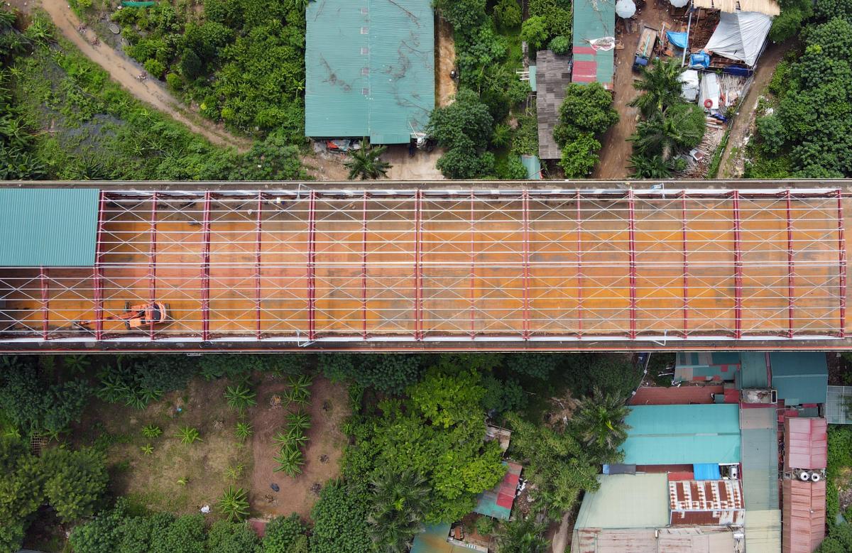 Cầu Thăng Long được cào bóc, làm sạch