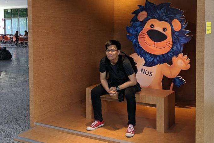 Linh chụp ảnh kỷ niệm tại Đại học Quốc gia Singapore trong đợt tham gia chương trình trao đổi hè năm 2019. Ảnh: Nhân vật cung cấp.