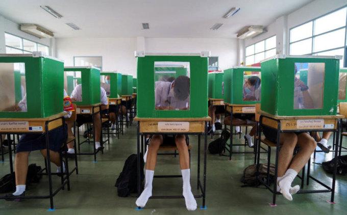 Học sinh Thái Lan ngồi sau các vách ngăn nhằm hạn chế lây nhiễm Covid-19. Ảnh: Reuters.