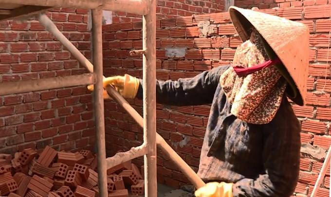 Chị Dũng làm phụ hồ tại căn nhà đang xây ở xã Tịnh Long, TP Quảng Ngãi. Ảnh: Duy Hưng.