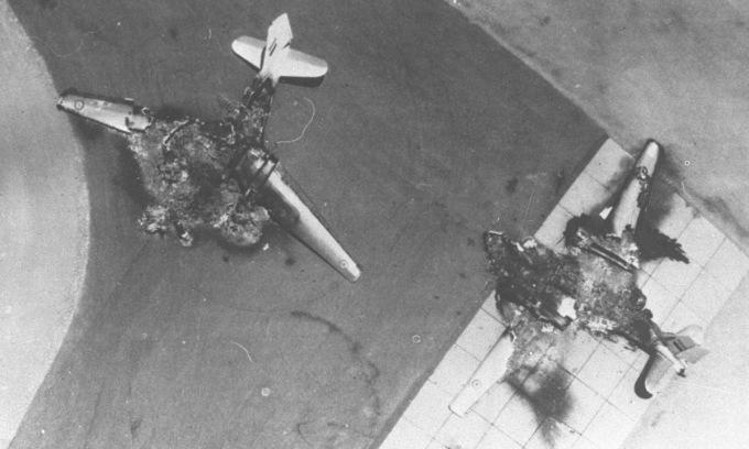 Oanh tạc cơ Ai Cập bị phá hủy ngay tại bãi đỗ sáng 5/6/1967. Ảnh: IAF.