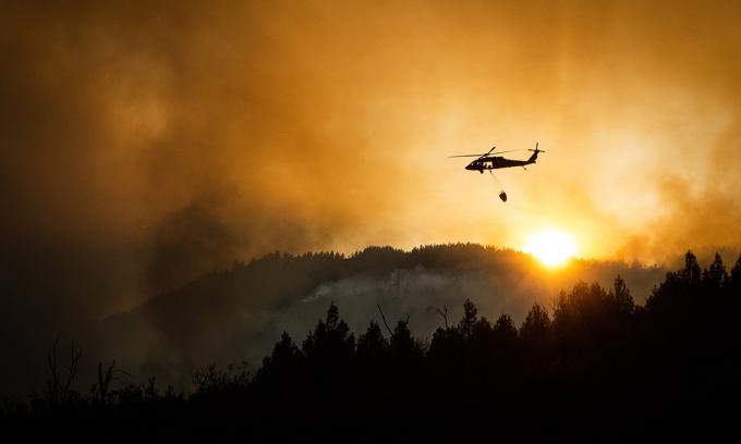 Trực thăng thả nước chữa cháy rừng ở thung lũng Pope, bang California hôm 20/8. Ảnh: NYTimes.