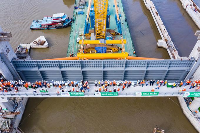 Mỗi cửa van nặng 230 tấn nên cần phải dùng cầu khổng lồ để lắp đặt. Ảnh: TNG