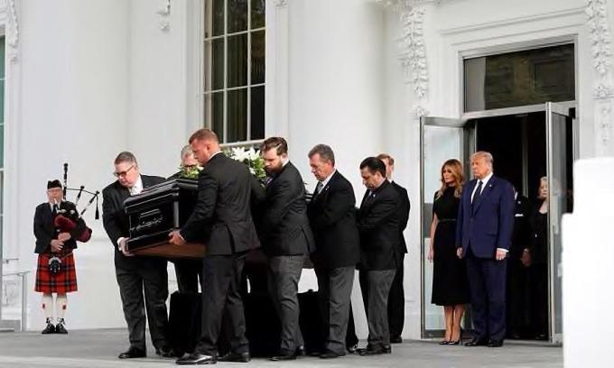 Tổng thống Mỹ Trump và Đệ nhất phu nhân Melania trong tang lễ Robert Trump ở Nhà Trắng, hôm 21/8. Ảnh: Reuters.