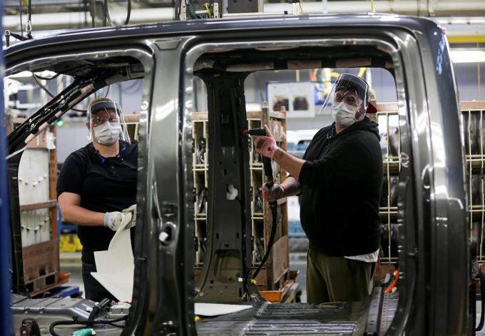 Công nhân đeo khẩu trang làm việc tại nhà máy xe tải của Ford ở thành phố Dearborn, bang Michigan. Ảnh: Ford