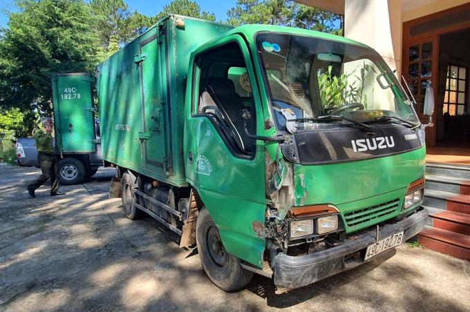Xe tải chở gỗ quý bị tạm giữ tại Hạt kiểm lâm huyện Lạc Dương. Ảnh: Khánh Hương.
