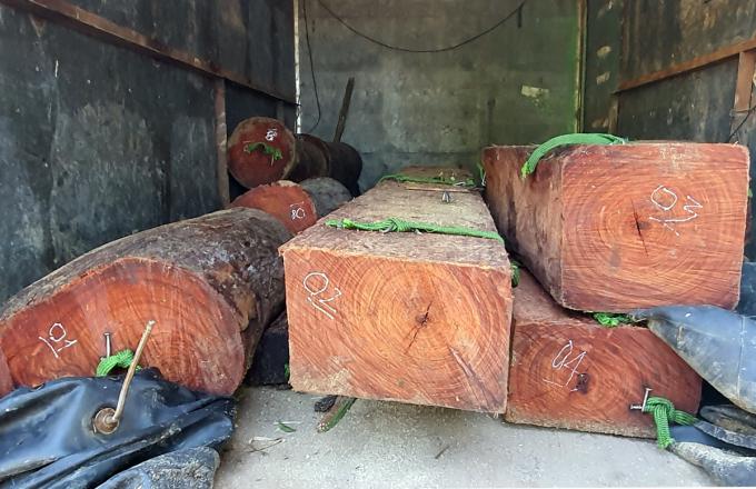 Số gỗ quý được giấu trong thùng xe tải vừa bị tạm giữ. Ảnh: Khánh Hương.