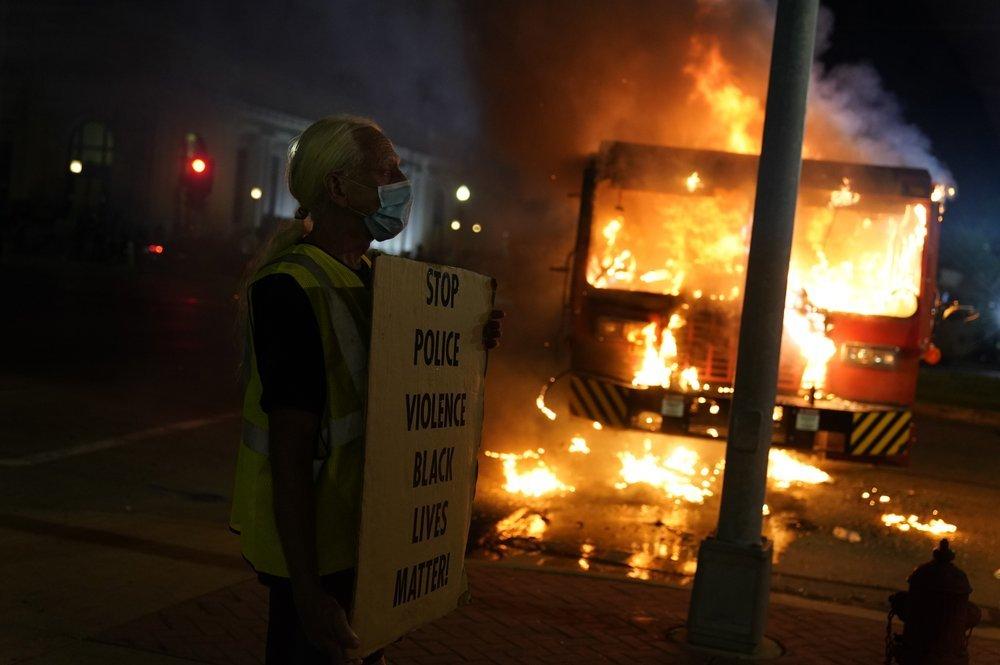Đốt rụi 50 ôtô phản đối cảnh sát bắn người da màu