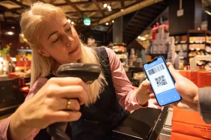 Nhân viên quét mã QR trên ứng dụng Alipay của khách hàng tại một quán cà phê ở Vienne, Áo, hồi tháng một. Ảnh: Xinhua.