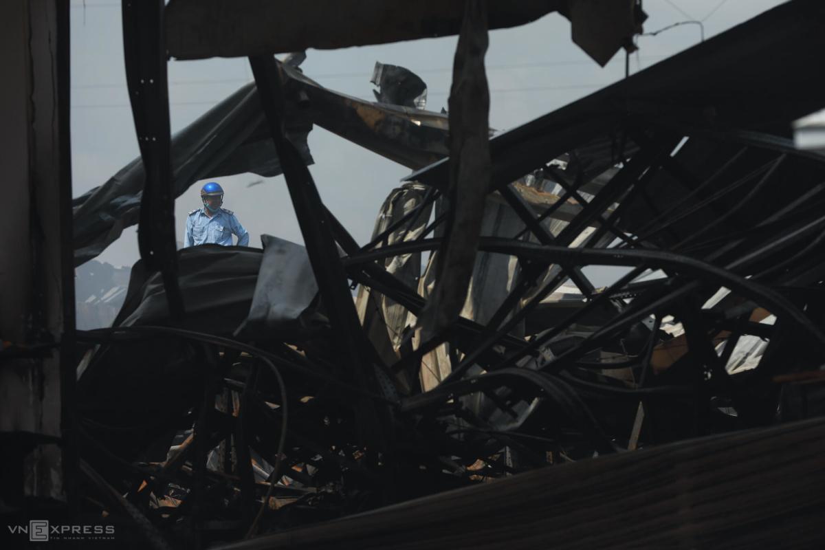Kho hàng gia dụng hơn 4.000 m2 sập đổ sau vụ cháy