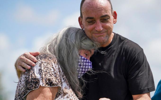 Robert Duboise ôm mẹ già sau khi được tự do. Ảnh: Martha Asencio-Rhine/Tampa BayTimes.