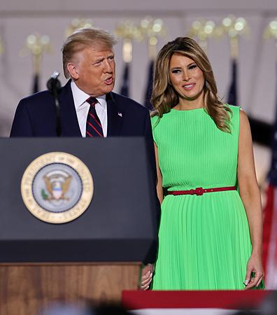 Melania diện váy xanh tại Hội nghị Toàn quốc đảng Cộng hòa tối 27/8. Ảnh: Reuters.