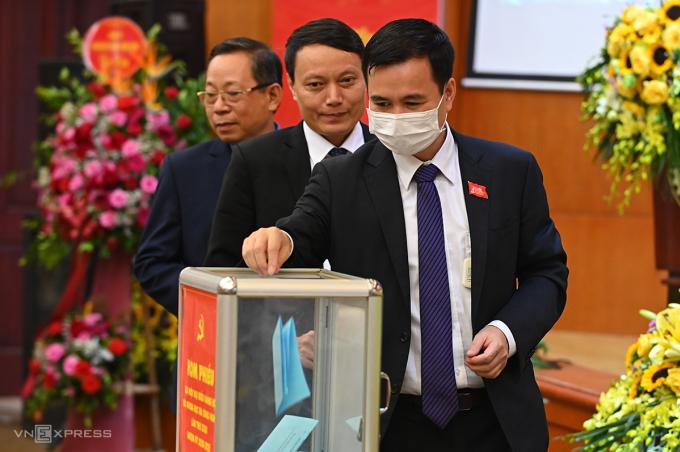 Thứ trưởng Bùi Thế Duy và các đại biểu bỏ phiếu. Ảnh: Giang Huy.