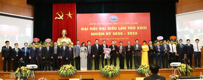 Bộ trưởng Chu Ngọc Anh (giữa) tặng hoa chúc mừng Ban chấp hành nhiệm kỳ mới trong lễ ra mắt.