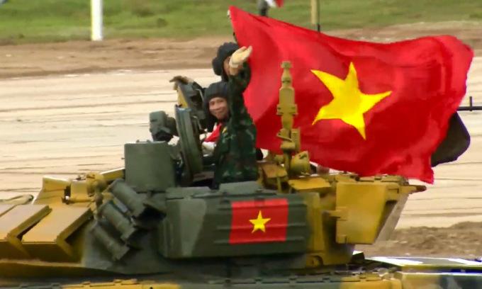 Kíp xe VN2 ăn mừng sau khi về đích.  Ảnh chụp màn hình video kênh Телеканал Звезда của Bộ Quốc phòng Nga.