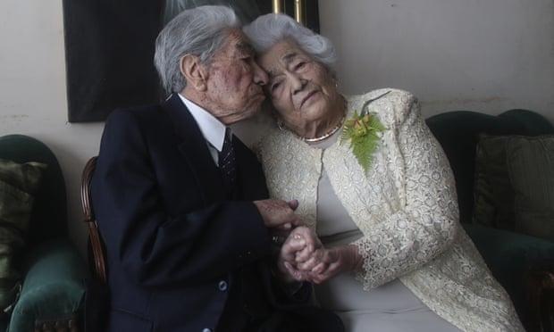Ông Julio Mora và bà Waldramina Quinteros chụp ảnh tại nhà ở Quito, Ecuador, hôm 28/8. Ảnh: AP