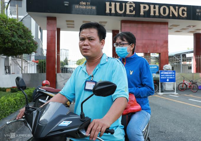 Anh Phạm Văn Toán, 45 tuổi, quê Bến Tre, cùng với vợ, làm ở Công ty Huê Phong 23 năm sẽ phải nghỉ việc vào ngày 30/8. Ảnh: Hữu Khoa.