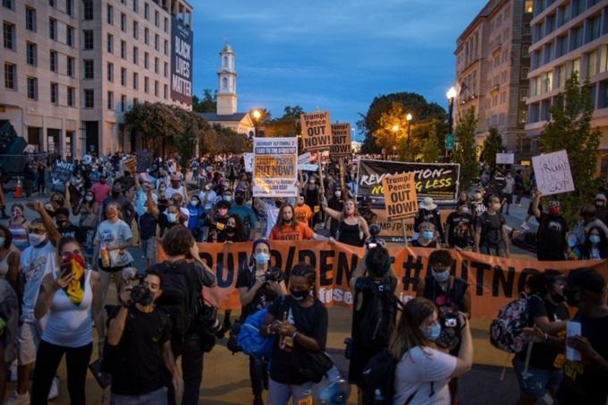 Người biểu tình tập trung bên ngoài Nhà Trắng, thủ đô Washington, Mỹ, hôm 27/8. Ảnh: AFP.
