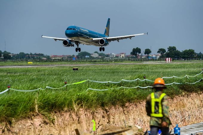 Sân bay Nội Bài đang được sửa chữa đường băng, đường lăn nên giảm tần suất khai thác bay. Ảnh: Giang Huy