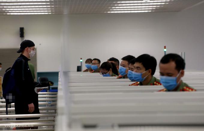Người nước ngoài làm thủ tục nhập cảnh vào cửa khẩu sân bay Nội Bài hồi tháng 3/2020. Ảnh: Bá Đô