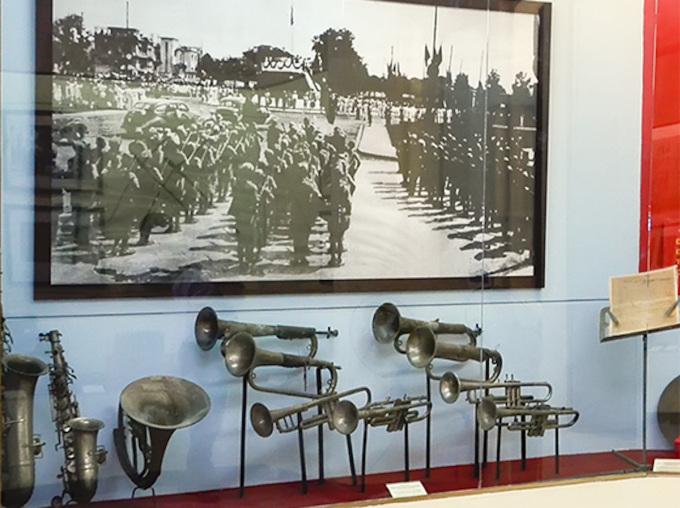 Bộ kèn đồng đội Quân nhạc sử dụng khi cử quốc thiều ngày 2/9/1945 được trưng bày tại Bảo tàng Lịch sử Quân sự Việt Nam. Ảnh: Bảo tàng LSQS VN
