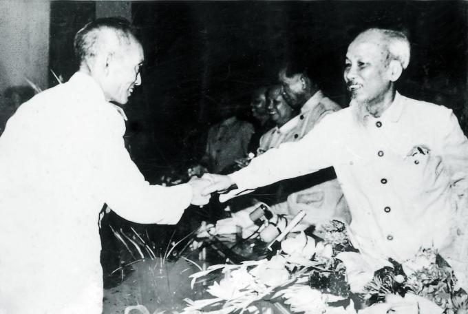 Chủ tịch Hồ Chí Minh tặng hoa nhạc sĩ Đinh Ngọc Liên tại Lễ mừng Quốc khánh 2/9/1945. Ảnh: Đoàn nghi lễ Quân đội.
