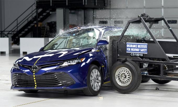 IIHS thử nghiệm va chạm bên sườn đối với mẫu Toyota Camry. Ảnh: IIHS